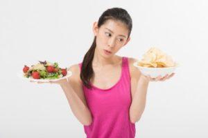 食べ物を持つ女性,女性